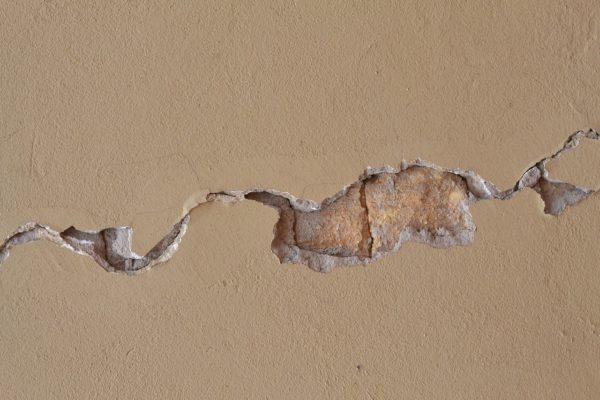 Трещина в стене требующая заделки